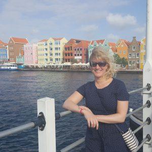 de pontjesbrug in Willemstad, Curacao met uitzicht over de Handelskade