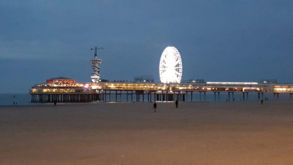 Uitzicht op de Pier in Scheveningen met het reuzenrad 's avonds.
